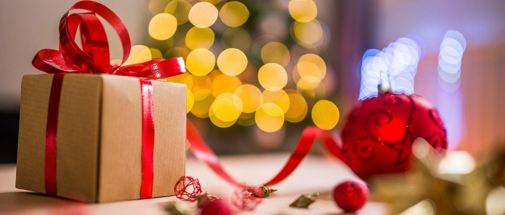 Bild mit Weihnachtsbaum und Geschenk